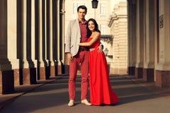 在走在城市的爱的夫妇 库存图片