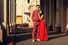 在走在城市的爱的夫妇 库存照片