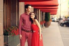 在走在城市的爱的夫妇 免版税图库摄影