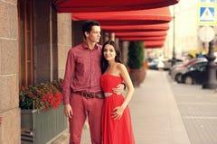 在走在城市的爱的夫妇 免版税库存照片
