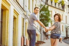 在走在城市的爱的愉快的夫妇 柔和曲调 免版税库存图片