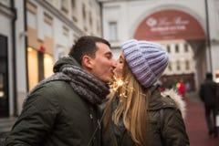 在走在城市的爱的年轻夫妇,握手 免版税图库摄影