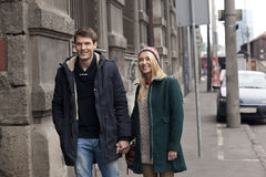 在走在城市的爱的年轻夫妇 库存照片