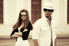 在走在城市街道的冲突的年轻时尚夫妇 库存照片