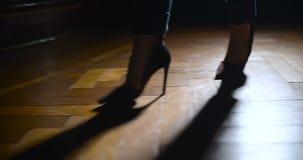 在走在木地板上的高跟鞋的妇女腿 影视素材
