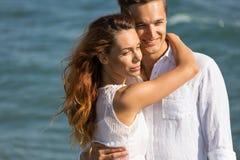 在走在海滩的爱的愉快的夫妇 免版税库存图片