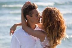 在走在海滩的爱的愉快的夫妇 图库摄影