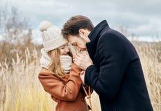 在走在秋天的爱的夫妇停放,凉快的秋天天气 男人和妇女拥抱和亲吻、爱和喜爱黄色秋天 免版税库存图片