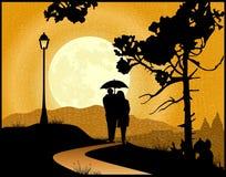 在走在雨中的爱的夫妇 免版税库存图片