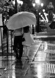 在走在雨中的爱的夫妇 库存照片