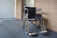 在走道旁边的轮椅患者 库存照片