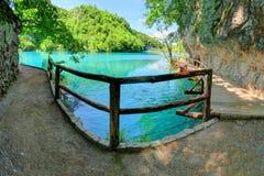 在走道的木栏杆在克罗地亚` s Plitvice湖 免版税库存照片