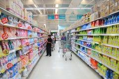 在走道的物品在特易购莲花超级市场 免版税库存照片