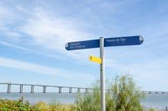 在走道的路牌由Tejo河在里斯本 库存图片