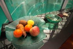 在走廊的新鲜水果,办公室 免版税库存照片