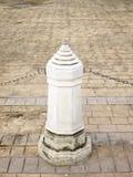 在走廊的石柱子 免版税库存照片