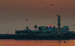 在赴麦加朝圣过的伊斯兰教徒阿里清真寺孟买的日落 免版税库存照片
