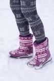 在起动和长袜的女性脚 免版税库存照片