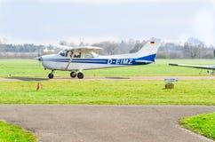 在起动期间的小白色蓝色体育航空器 runw的看法 免版税图库摄影