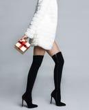 在起动长袜的苗条女性腿 免版税库存照片