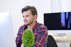 在起始的办公室分析在计算机上的一个商人的背面图图表 库存照片