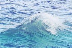 在起波纹的海水的土耳其玉色波浪 海水特写镜头照片 免版税图库摄影