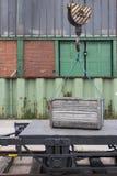 在起重机的木板箱 免版税库存照片
