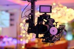 在起重机的照相机纪录在婚礼的生产 特写镜头 库存图片