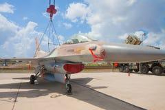 在起重机的F-16战斗机在陈列 免版税库存图片