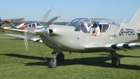 在起飞之前的飞机 准备的飞行员和的副驾驶在机场离开,小飞机 一个老航空器的引擎 股票录像