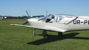 在起飞之前的飞机 准备的飞行员和的副驾驶在机场离开,小飞机 一个老航空器的引擎 影视素材