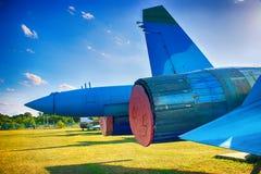 在起飞前的服务的飞机 喷气机翼和引擎  回到视图 免版税库存图片