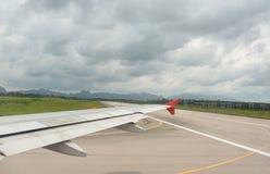 在起飞前飞过看法和出租汽车方式在多云天 免版税库存图片
