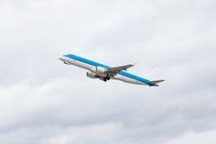 在起飞以后的商业班机飞行空中 免版税图库摄影
