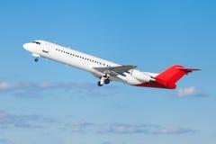 在起飞以后的商业班机飞行空中 免版税库存照片