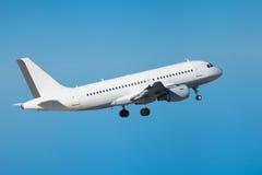 在起飞以后的商业班机飞行空中 库存图片