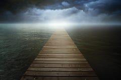 在超现实的湖的黑暗的cloudscape 免版税库存照片