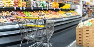 在超级市场产物和果子部门的空的手推车 图库摄影