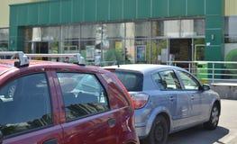 在超级市场停车处的汽车 免版税库存图片