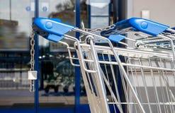 在超级市场前面的购物车 免版税库存照片