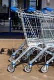 在超级市场前面的购物车 免版税库存图片
