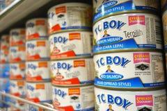 在超级市场卖的TC男孩三文鱼罐头 库存图片
