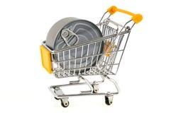 在超级市场台车的圆的锡罐 免版税库存图片