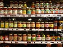 在超级市场架子排队的辣调味汁瓶子 库存图片