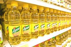 在超级市场架子的向日葵油 库存图片