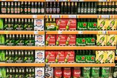 在超级市场架子的啤酒罐 库存图片