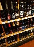 在超级市场架子的啤酒 库存照片