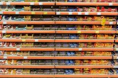 在超级市场架子的巧克力甜点 免版税库存照片