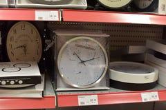 在超级市场架子的时钟 免版税库存照片