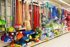 在超级市场架子的清洁工具 库存照片
